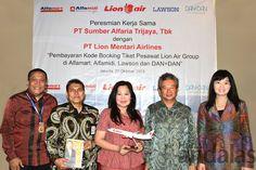 DIABADIKAN – Pihak PT Sumber Alfaria Trijaya Tbk dan PT Lion Mentari Airlines usai menjalin kerjasama diabadikan bersama-sama.