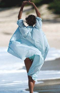 "Model Karlie Kloss in Vogue Paris May 2014 editorial ""Bronzage Culturel"" taken by photographer Gilles Bensimon Verde Aqua, Fashion Week Hommes, Metallic Look, Himmelblau, Summer Breeze, Summer Blues, Summer Colors, Summer Chic, Soft Summer"
