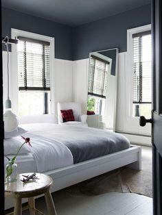 Un plafond bleu dans une chambre blanche  Lorsqu'on peint un plafond, la couleur peut aussi s'étendre en partie sur les murs. Dans cette chambre, on a peint le plafond et 1/3 des murs de la même couleur ajoutant ainsi un jeu graphique à une ambiance qui aurait pu se faire trop classique.