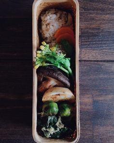 お弁当セロリと挽肉の辣油おにぎり焼き野菜(原木椎茸など)ほうれん草の鮭ぶし和え朝食の残りを詰めて行ってきまーす by saki.52
