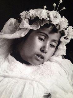 Fotógrafo Potosino Manuel Ramos en el Museo de la Ciudad de México | Museógrafo. Bellísimo retrato post-mortem, 1915. Fotografiar a los seres queridos que habían muerto era muy común en la época y no era un acto morboso, al contrario: se pensaba que los niños eran ángeles que cuidarían a la familia.