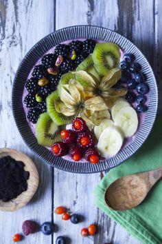 """L'#acaibowl è una #merenda, uno #spuntino o ancor meglio una #colazione sana e leggera: una base fresca e cremosa e tantissima frutta a decorare! Paragonabile in un certo senso a una bella #macedonia, l'acai bowl - dove il termine """"bowl"""" sta per ciotola capiente - non sarebbe tale senza la suddetta polvere e senza l'abbondante e mixata decorazione superficiale. Puoi usare solo #frutta mista oppure aggiungere frutta secca e cereali ma anche cioccolato in scaglie. Vegan Vegetarian, Acai Bowl, Smoothie, Breakfast, Food Ideas, Diets, Banana, Canning, Acai Berry Bowl"""
