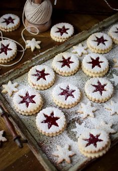 Cookie Recipes 542120873887176110 - Strawberry Jam Linser Cookies Source by Claramaile Xmas Food, Christmas Sweets, Christmas Cooking, Christmas Goodies, Christmas Christmas, Christmas Cookie Boxes, Christmas Cupcakes, Christmas Squares, Christmas Table Decorations