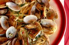 Spaghetti with clam sauce is a popular pasta recipe. Two favorite versions of this dish are pasta with a red clam sauce and pasta with a white clam sauce. Linguine Recipes, Seafood Recipes, Pasta Recipes, Cooking Recipes, Seafood Pasta, Sauce Recipes, Epicure Recipes, Fresh Seafood, Pasta Linguini
