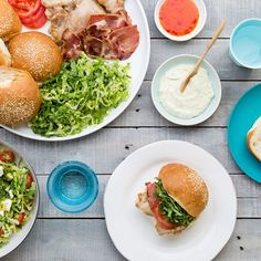Tasty and fun chicken and bacon burgers! Avocado Burger, Salmon Burgers, Chicken Bacon, How To Cook Chicken, Bbq Hot Plate, Sweet Chilli Sauce, Mashed Avocado, Sliced Tomato