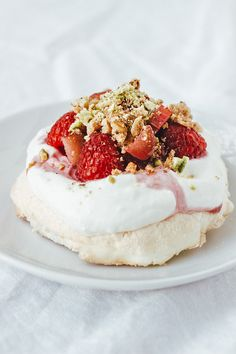 Rhubarb Raspberry Meringues with Pistachio Crumble. It's sweet sour crunchy and chewy. A royal treat for early summer! Just Desserts, Delicious Desserts, Dessert Recipes, Yummy Food, Raspberry Meringue, Raspberry Rhubarb, Rhubarb Recipes, Eat Dessert First, Pavlova