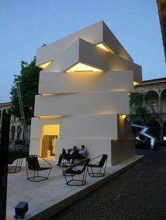 ...budova tvarem připomínající solitér Morgana (LAGO) :)