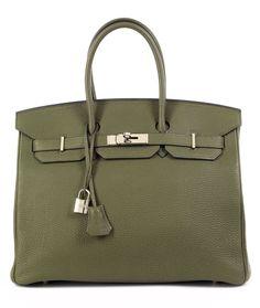 Ca. 25 x 35 x 18 cm. 2009. Olivgrüne Togo Lederhandtasche mit Palladiumbeschlägen. Innenraum aus Ziegenleder mit einem Reißverschluss- und einem Steckfach....