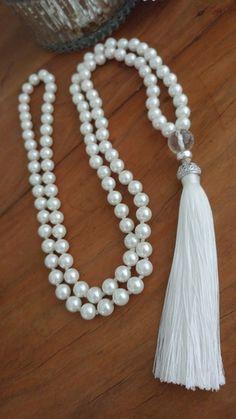 Japamala / Colar de 108 contas - com zircõnias - - Pearl Jewelry, Boho Jewelry, Jewelry Crafts, Jewelery, Jewelry Necklaces, Handmade Jewelry Designs, Beaded Jewelry Patterns, Beaded Tassel Necklace, Beaded Bracelets