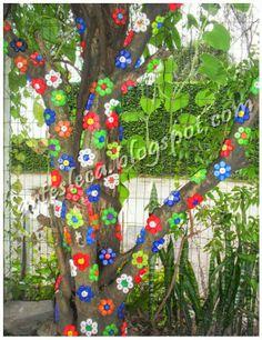 Flores feitas com tampinhas de garrafas PET #artesanato #tampinhas #reciclagem