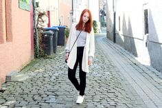 white knit cardigan, black high waist jeans, striped shirt, white plateau sneaker, outfit, streetstyle