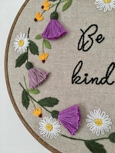 seien-sie-art-stickrahmen-distel-blumenstickerei-blumen-bestickt-hoop-bouquetdemarieechampetre-couronnedefleurs-fleurjardin-fleursmariage-fleurssechees-planterdesfleurs-cakerecipespins-club/ - The world's most private search engine Kurti Embroidery Design, Hand Work Embroidery, Flower Embroidery Designs, Creative Embroidery, Embroidery Hoop Art, Hand Embroidery Patterns, Floral Embroidery, Embroidery Stitches, Brazilian Embroidery