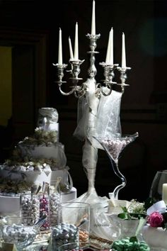 tavolo allestito; particolare confettata e candelabro alto...