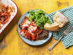 Rijke aubergine-tomaatschotel uit de oven met zwarte oijventapenade Recept | HelloFresh