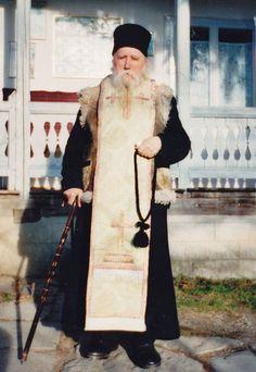 Parintele Cleopa: Manca-v-ar raiul! Art Deco, Orthodox Christianity, Orthodox Icons, Gods Grace, Priest, My Sister, Saints, Pictures, Friends