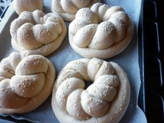 Colacei pentru colindatori Types Of Bread, Bakery, Cookies, Desserts, Food, Home, Sweets, Crack Crackers, Tailgate Desserts