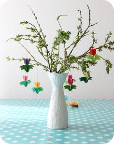 Sidste år fik jeg lavet dette påsketræ  før påsken startede - i år har jeg slet ikke nået at pynte til påske. Men denne formiddag har Lara ...