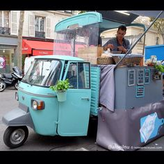 Le triporteur foodtruck @lespetitesplanches rue Perrée lors de la Street Food Temple #2 au @lecarreaudutemple @fete_gastronomie. #streetfood #streetfoodtemple #streetfoodtemple2 #fetegastronomie #foodtruck #triporteur #tricycle #truck #vintagecar #vintage #bluecar #foodporn #food #yummy #eat #charcuterie #fromage #cheese #meats #culturefood #cook #cooking #delicious #fooding #miamiam #lunch #eating #hungry by aloeilnu