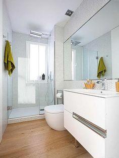 Cuarto de baño blanco y luminoso