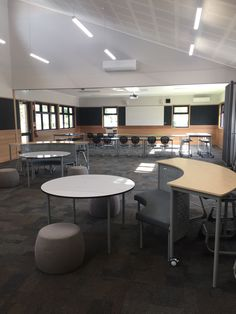 Chairo Christian College in VIC, Australia have provided students with a contemporary breakout space to converse and focus. Writable whiteboard tables capture thinking and problem solving and make the learning visible, while different seating heights provide students with choice and flexibility. #innovativelearningspace #learningspacedesign #classroomdesign #seniorclassroom #highschoolclassroom #schoolfurniture #flexibleseating #flexibleclassroom Learning Spaces, Learning Environments, Classroom Design, Classroom Decor, Modular Table, Flexible Furniture, Visible Learning, Christian College, Christian School