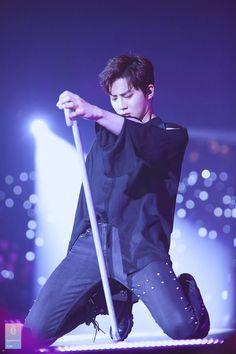 Someday I'll be that cane lol 😂 Suho - 170211 Exoplanet - The EXO'rDium in Hong Kong Credit: Fingerprint Suho. Suho Exo, Sehun Oh, Exo Ot12, Kpop Exo, Exo Kai, Kris Wu, K Pop, Kim Joon Myeon, Actor