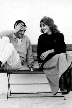 """François Truffaut et Jeanne Moreau rigole ensemble sur un banc - Film """"Jules et Jim"""" © Raymond Cauchetier"""