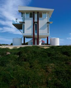 A raised steel-and-glass prefab in southern Australia's Waratah Bay offers a 360-degree panoramic view that takes in the surging ocean on...