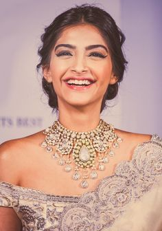 sonam kapoor with a beautiful neckpiece Bollywood Stars, Bollywood Fashion, Bollywood Girls, Bollywood Celebrities, Bollywood Actress, Sonam Kapoor Photos, Kareena Kapoor, Indian Beauty, Indian Outfits