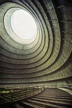 Torre de Enfriamiento de una Central Eléctrica Abandonada. ¡Qué mareo!