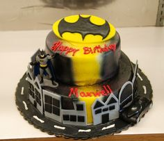 @Kathleen DeCosmo ♡❤ ❥  Batman #cake      via @SugarFlakeBake