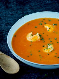 Tomatensoep met garnalen en kokos | Flying Foodie.nl Good Mood, Thai Red Curry, Veggies, Healthy Recipes, Meals, Ethnic Recipes, Food, Champagne, Vegetable Recipes