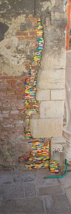 """Toulouse. Jan Vorman, qui utilise des Legos pour """"réparer"""" les murs."""
