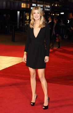 Pin for Later: Vom Bond Girl zum Gone Girl: Rosamund Pike's Verwandlung Rosamund Pike Ist weniger eben doch mehr?! Rosamund zeigte viel Haut in einem schwarzen Kleid beim BFI Filmfest in London im Oktober 2010.