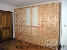 Zirbenholz-Schrank mit Glaseinsatz, Massivholzschrank