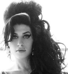 Esta es Amy Winehouse. Ella murió el 23 de Septiembre del 2011. Ella es una cantate y hace música de soul. Ella tiene tres álbumes.