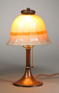, STEUBEN SHADE ON ROYCROFT BOUDOIR LAMP BASE, COPPER AND ART GLASS, SHADED RIBBED SHADE WITH BROWN LINEAR BAND DECORATION, STEUBEN FLE - 20TH CENTURY FURNITURE & DECORATIVE ARTS - SALE 2531B - LOT 327 - Skinner Inc