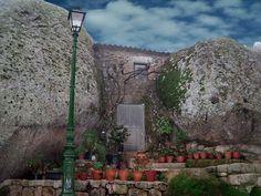 Monsanto certaines des maisons se servent d'énormes blocs de granite comme murs et d'autres sont carrément creusées dans la roche, offrant un spectacle unique.