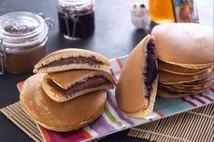 I dorayaki sono dei piccoli dolcetti giapponesi che ricordano molto i pancakes. Due dischi che si uniscono grazie ad uno strato di crema o marmellata.