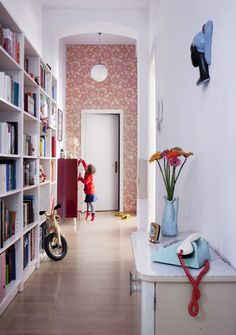 look at the cute phone! love the wallpaper @ end of hall Interior Stairs, Interior And Exterior, Architecture Parisienne, Berlin Apartment, Retro Apartment, Espace Design, Decor Inspiration, Of Wallpaper, Vintage Colors
