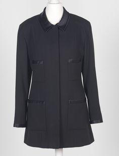 Chanel Auktion Lot 109: Chanel Longblazer, schwarzer Wollstoff, Größe ca. 38 cm, Länge 76 cm, Ärmellänge außen 58 cm. Mehr Information auf der Website