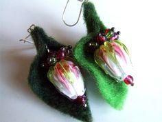 Boucles d'oreilles perles fleurs en verre filé vert rose et feuille en laine feutrée montées sur des fermoirs en argent massif : Boucles d'oreille par fangiella