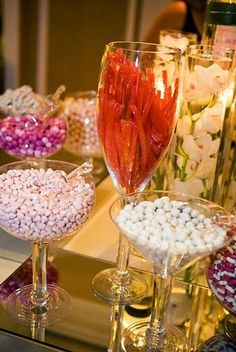 Una mesa de dulces muy colorido para una boda festiva / A colourful sweet table for a festive wedding