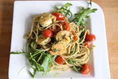 Dank meiner Freundin Franzi (auf Instagram @fraenzziiii), werde ich grünes Pesto nie wieder kaufen, sondern nur noch selber machen. Es war so lecker, frisch und hat sooo gut gerochen. Natürlich möchte ich euch das Rezept nicht vorenthalten. Der Fit Trio Fitnessblog wünscht euch viel Spaß beim Ausprobieren! Die Zutaten (für 2 Personen)  500 g Vollkornspaghetti 1 Tüte Pinienkerne 2 Knoblauchzehen Scampis (nach Bedarf) 150 ml Öl Cocktailtomaten Rucola Parmesan Basilikum Salz, Pfeffer…