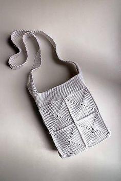 Pevná letná háčkovaná crossbody kabelka so štvorcovým vzorom. Kabelka je podšitá bavlnenou látkou. Na jednej strane vnútra má jedno vrecko a na druhej strane dve vrecká (viď. fotka č. 3). ...