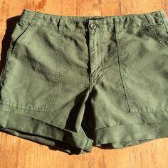 Banana Republic Kaki Shorts Size 12 very comfortable excellent condition 14in long great summer basic Banana Republic Shorts