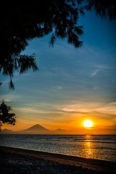 Sunset over the Gunung Agung volcano of Bali Island, Indonesia, seen from Gili. Ubud, Places Around The World, Around The Worlds, Beautiful World, Beautiful Places, Amazing Sunsets, Bali Travel, Vacation Travel, Beautiful Sunrise