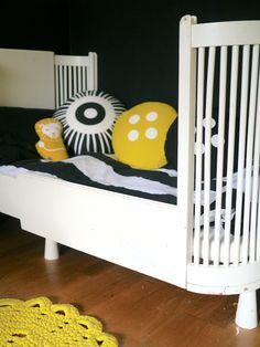 Button pillows out of Ikea fabric in Kahden vaiheilla blog