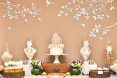 Decoração das mesas do catering com troncos de madeira. #casamento #catering #ideias #decoração #mesa #bolodosnoivos #doces #troncosdemadeira