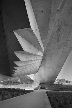 Estructura:  Es el esqueleto del edificio, Su finalidad es resistir y transmitir las cargas del edificio a los apoyos manteniendo el espacio arquitectónico, sin sufrir deformaciones incompatibles.