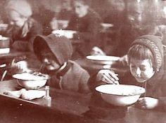De dagelijkse maaltijd van Yanek bestond uit waterige soep en brood. Voor de zware inspanningen die ze moesten leveren, kregen ze lang niet genoeg voedsel. Wanneer Yanek nog wat geld vindt in de zak van zijn papa's jas kan zijn oom Moshe voor wat extra voedsel zorgen. Zo kan zijn oom een wortel en een half brood regelen. Hier betaalt hij natuurlijk een behoorlijke prijs voor. Na de dood van oom Moshe moet hij het opnieuw doen met het weinige voedsel dat hij krijgt in het kamp.